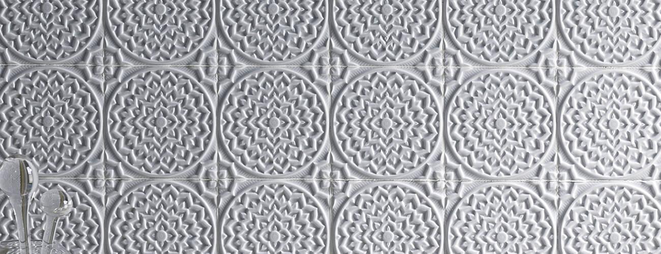 Serie Earth - acabado cuarteado semi mate - es una combinación única de un azulejo rústico y a su vez sofisticado. La superficie modelada a mano y con diferentes opciones de una superficie de diseño suave.