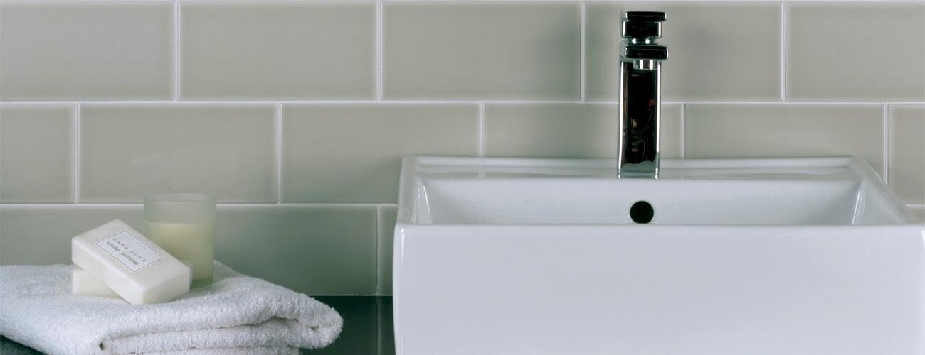 Neri - Acabado Brillante - Esta colección ofrece una amplia selección de modelos y formatos que garantizan múltiples posibilidades de diseño, desde el más sencillo al más complejo, así como una gran variedad de relieves clásicos y diseños contemporáneos que le ayudarán a dar un acabado exclusivo a su instalación.